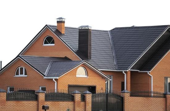 Коричневый цвет в оформлении фасада и крыши дома