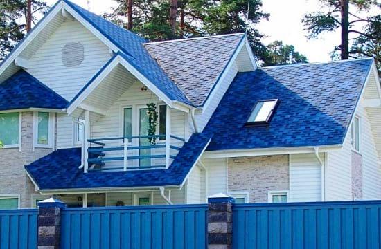 Синяя крыша дома и элементы декора